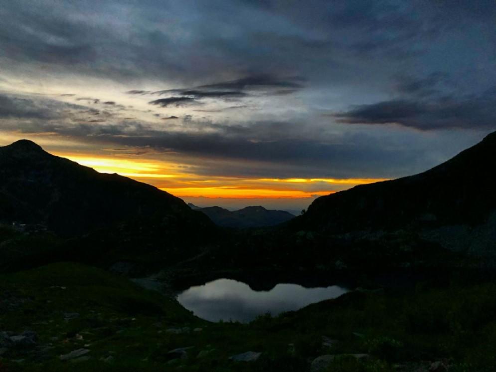 Il lago del Mucrone che diventa uno specchio del cielo poco prima dell'alba
