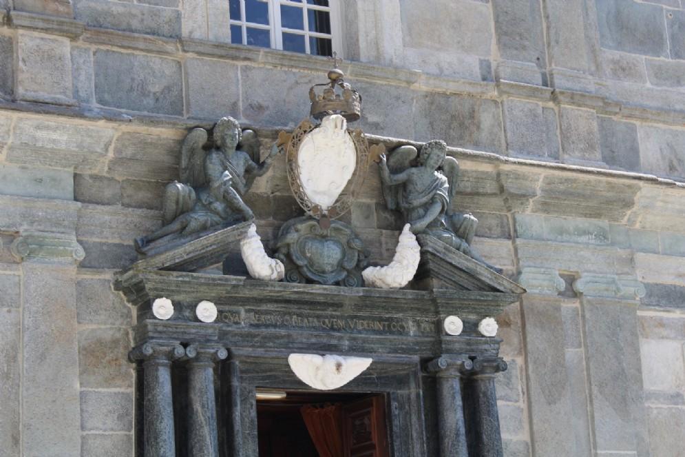 Particolare della porta della Basilica Antica