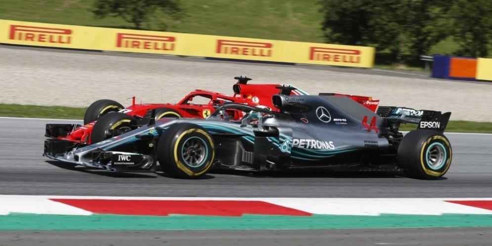 La Ferrari di Sebastian Vettel in lotta con la Mercedes di Lewis Hamilton