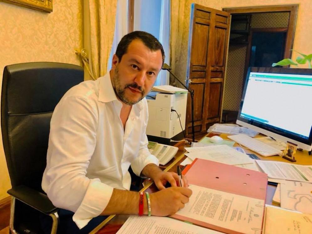 Matteo Salvini firma il decreto di espulsione di tre estremisti islamici