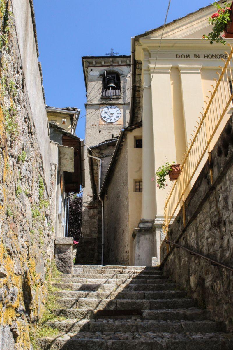 La scalinata che conduce alla chiesa