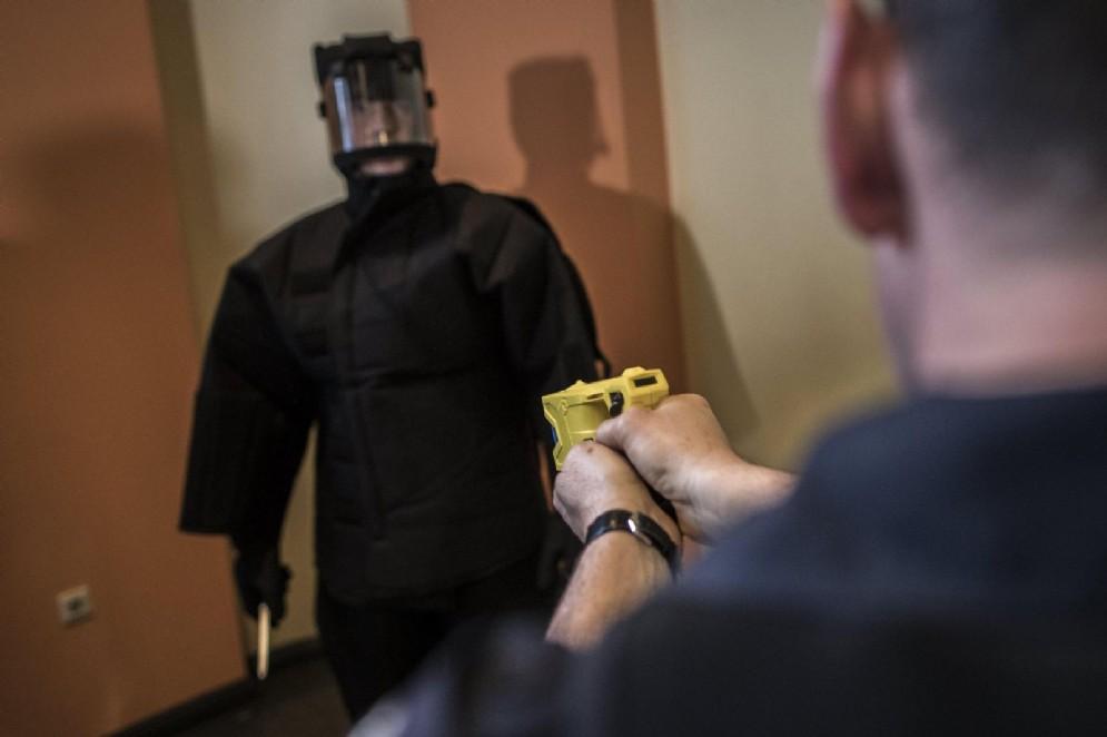 I poliziotti di Torino utilizzeranno il taser: al via la sperimentazione approvata da Salvini