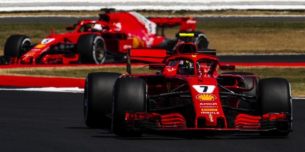 Le due Ferrari di Kimi Raikkonen e Sebastian Vettel in pista nelle prove libere del GP di Gran Bretagna di F1 a Silverstone