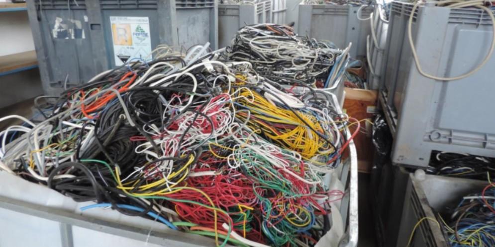 Scoperte tonnellate di rifiuti pericolosi in un capannone