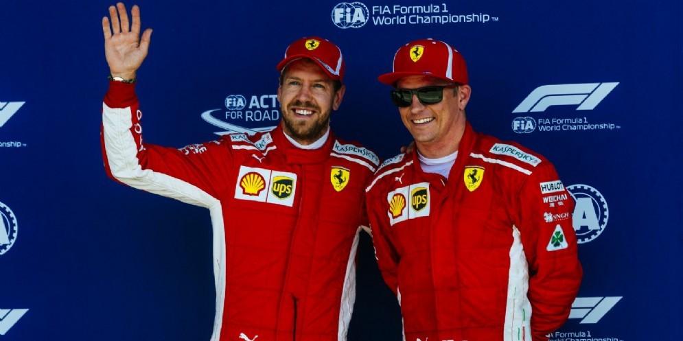 Sebastian Vettel e Kimi Raikkonen festeggiano il secondo e il terzo posto nelle qualifiche del GP di Gran Bretagna di F1 a Silverstone