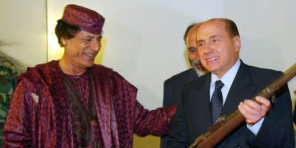 Il primo incontro tra Silvio Berlusconi e il leader libico Muhammar Gheddafi il 28 ottobre 2002