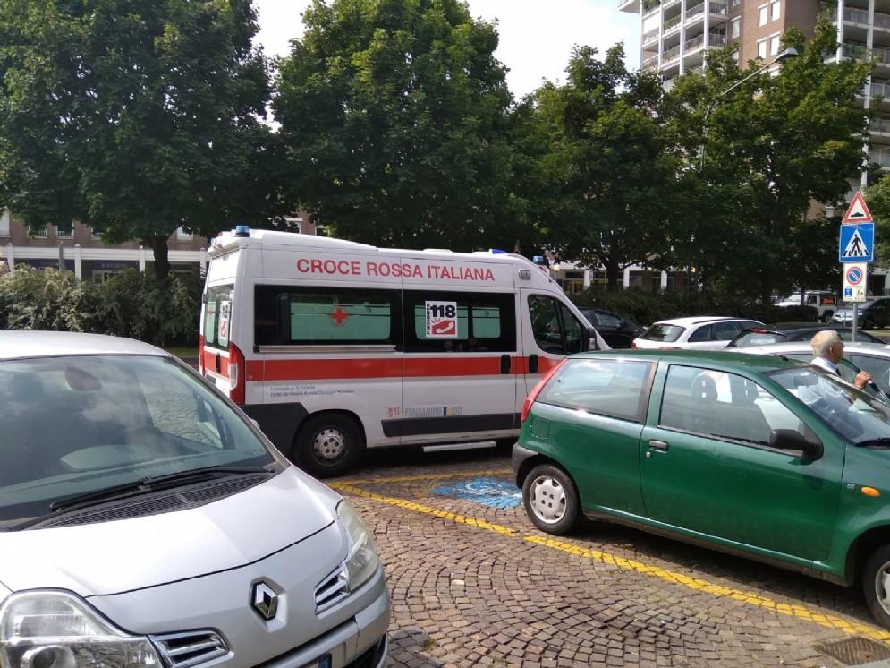 Ambulanza soccorre un'anziana ai Giardini Zumaglini