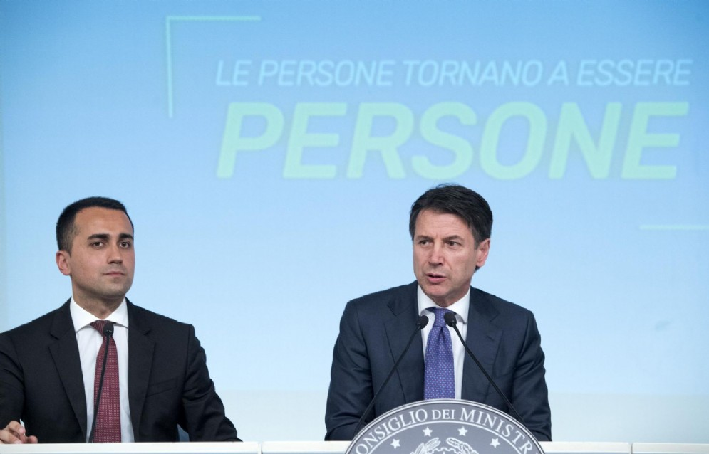 Il ministro del Lavoro Luigi Di Maio con il presidente del Consiglio Giuseppe Conte alla presentazione del decreto dignità