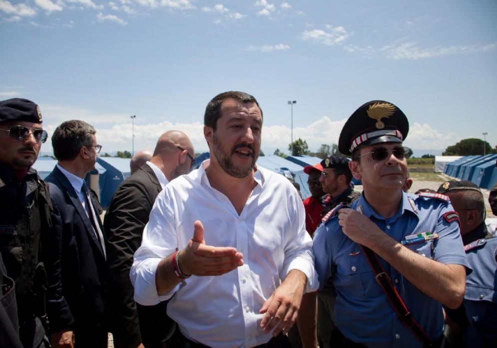 Il ministro dell'Interno Matteo Salvini in visita presso le tendopoli che ospitano i braccianti immigrati, impegnati nella raccolta degli agrumi della piana di Gioiatauro