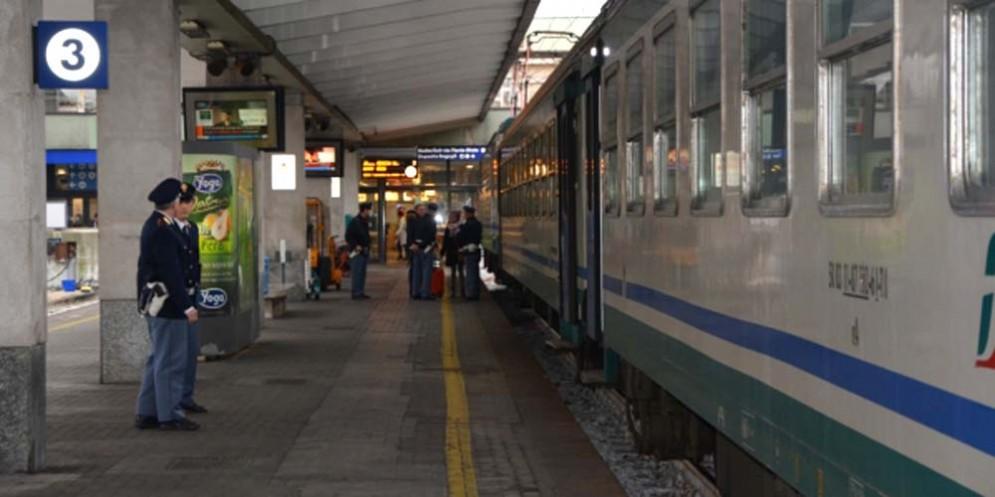 Gruppetto di giovanissimi semina il panico sul treno: 7 denunciati, altri 4 sono scappati