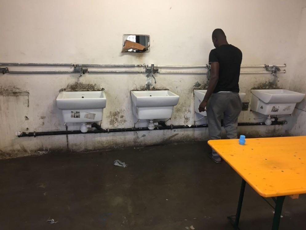 Una foto scattata all'interno del centro di accoglienza migranti di Conetta