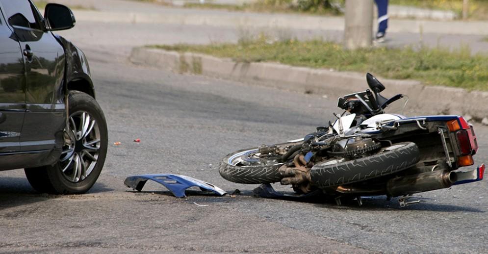 Moto contro auto, brutto incidente in corso Belgio - Immagine d'archivio