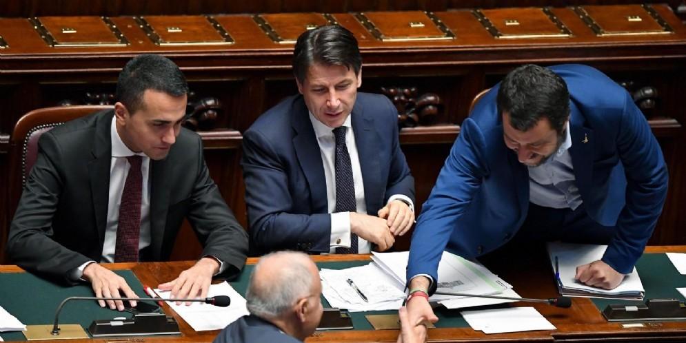 Il ministro del Lavoro e dello Sviluppo economico, Luigi Di Maio, con quello dell'Interno, Matteo Salvini, il premier Conte e il ministro agli Affari europei Paolo Savona