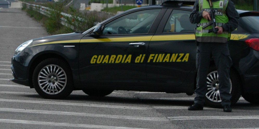 Bloccato traffico di profumi contraffatti per un valore di 2 milioni di euro: 8 denunciati