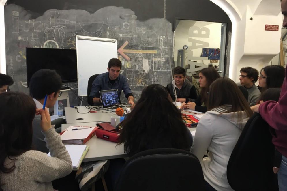 Un'occasione di formazione agli studenti effettuata da parte dei coworker di SELLALAB.