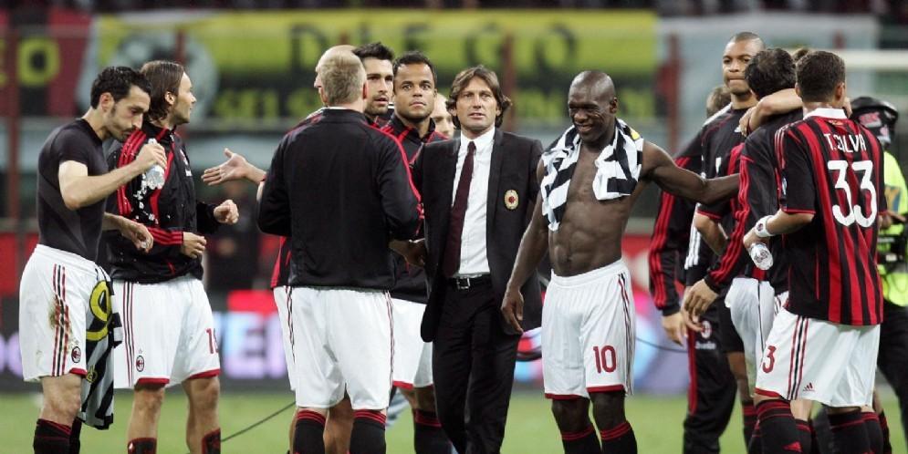 Leonardo, allora allenatore del Milan, circondato dai suoi ragazzi