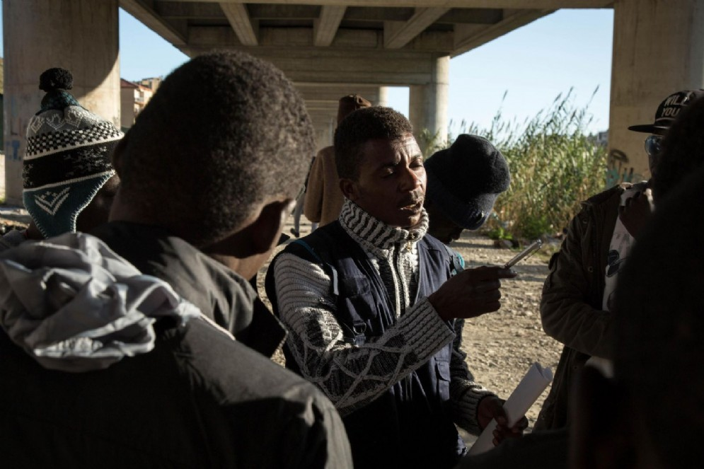 Migranti sotto il viadotto del Roja a Ventimiglia dove vivono tra i 200 e i 300 profughi in attesa di raggiungere la Francia