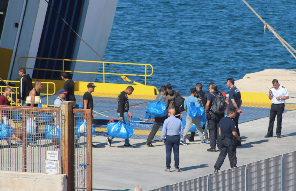 Migranti sbarcano a Lampedusa