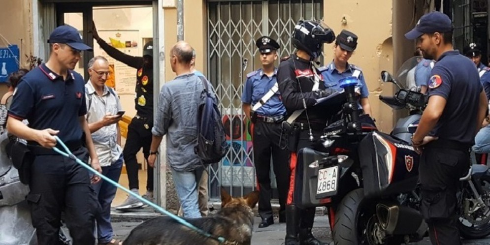 Genova, pipì per strada: 3mila euro di multa e daspo urbano