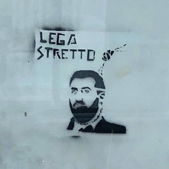 «Lega stretto», alle fermate dei bus Salvini con il cappio al collo: è polemica