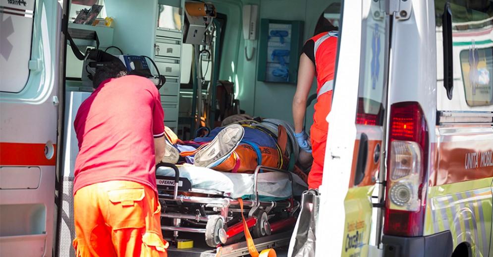 Si schianta su un albero in corso Peschiera: grave incidente, uomo in prognosi riservata (foto archivio)