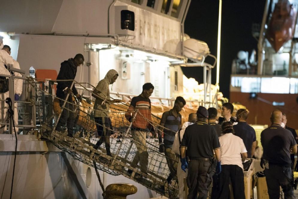 Migranti sbarcano a Pozzallo dalla nave Protector