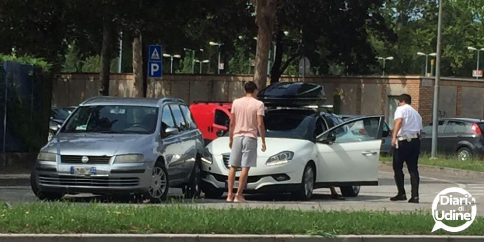 Scontro tra due auto tra via Chiusaforte e via Pieri: 2 feriti
