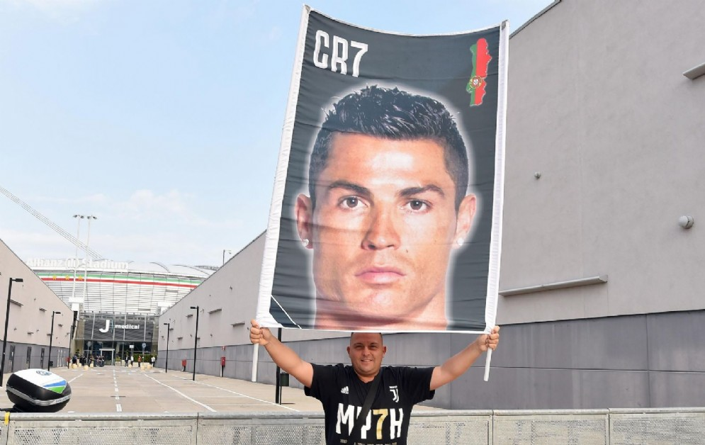 Tifosi accolgono Ronaldo al J Medical