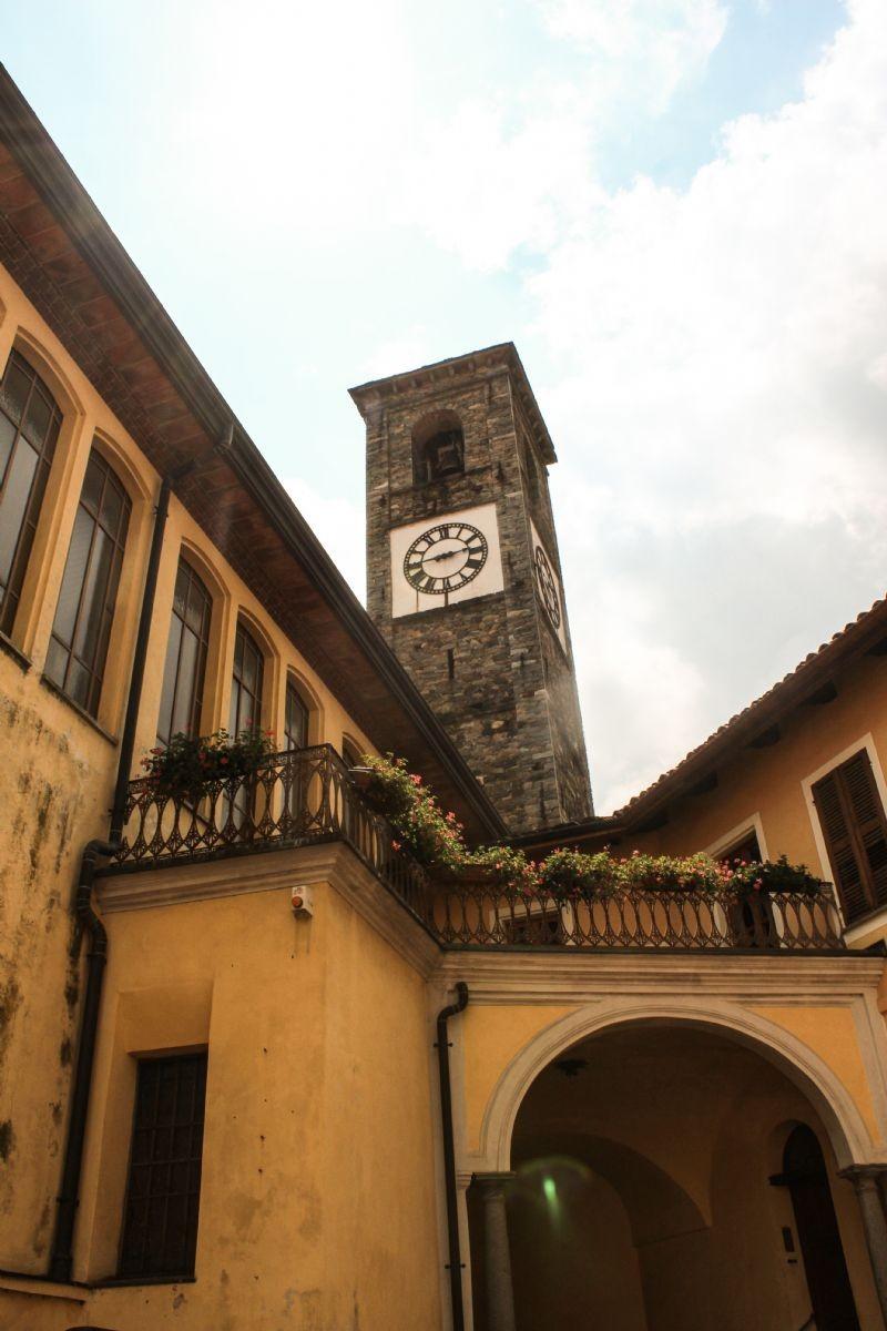 Scorcio sul campanile della chiesa