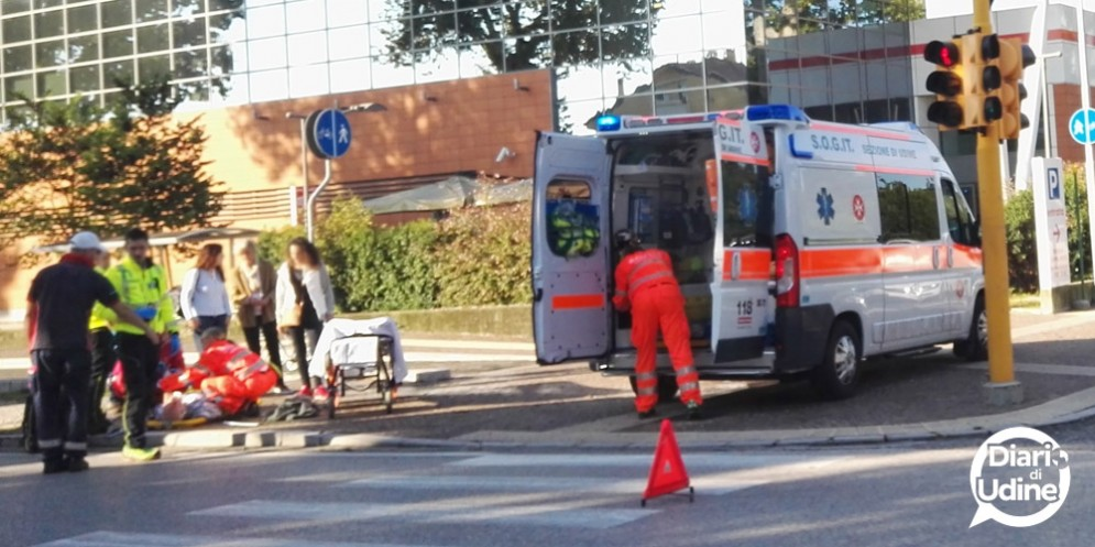 Ciclista urtata da un'auto mentre attraversa sulle strisce