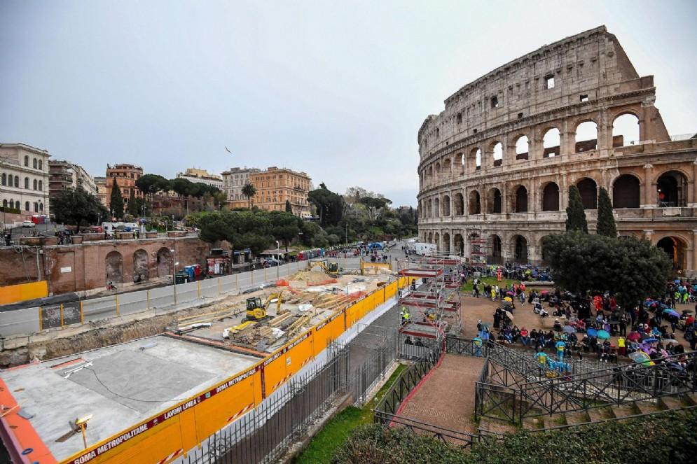 Lavori della Metro C in via dei Fori Imperiali, davanti al Colosseo