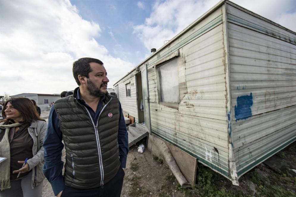 Matteo Salvini in un campo rom della Capitale