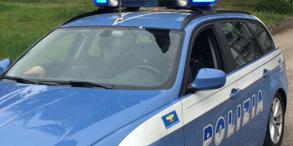 Sfonda la porta di casa della ex, minaccia la figlia, e si fa consegnare 350 euro: denunciato un 40enne