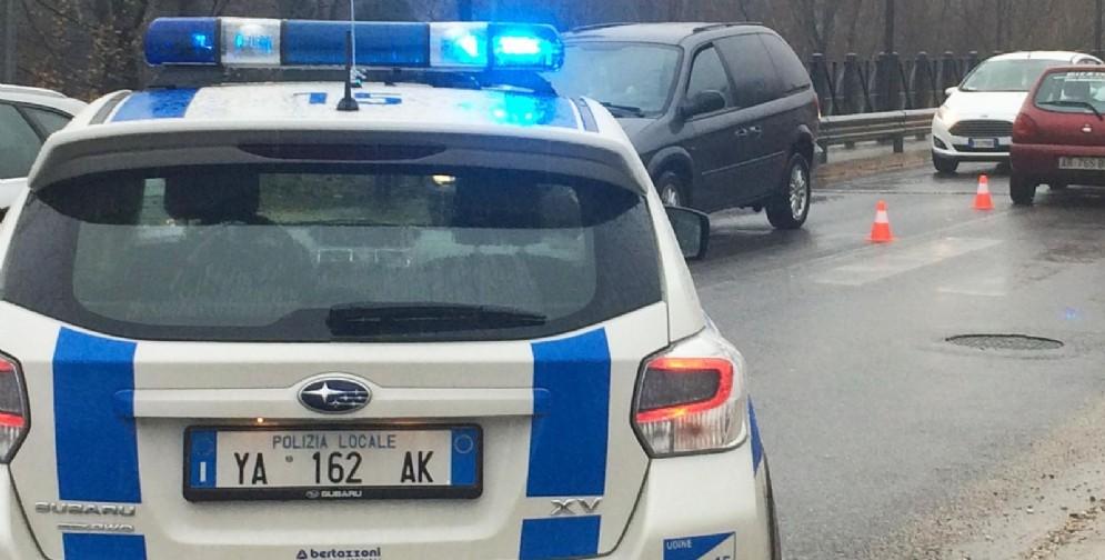 Alfa Romeo taglia la strada a una Clio: in due finiscono all'ospedale