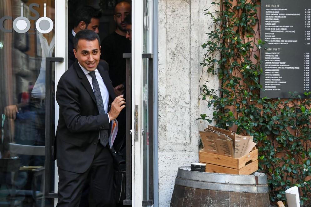 Il ministro Luigi Di Maio al temine di un pranzo in un ristorante del centro