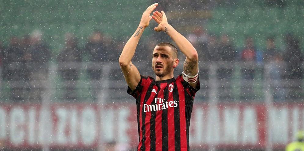 Capitan Bonucci saluta i tifosi del Milan