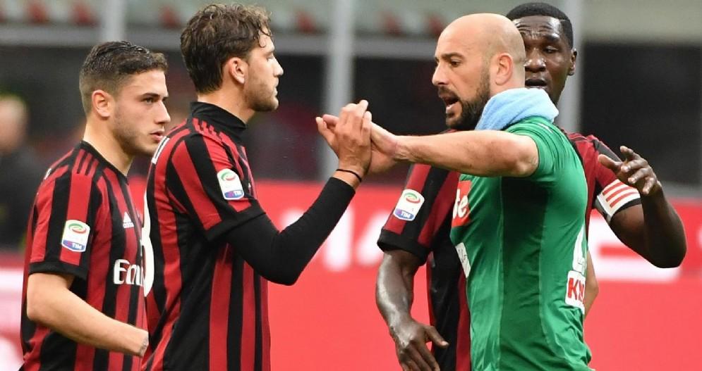 Reina saluta i futuri compagni di squadra del Milan