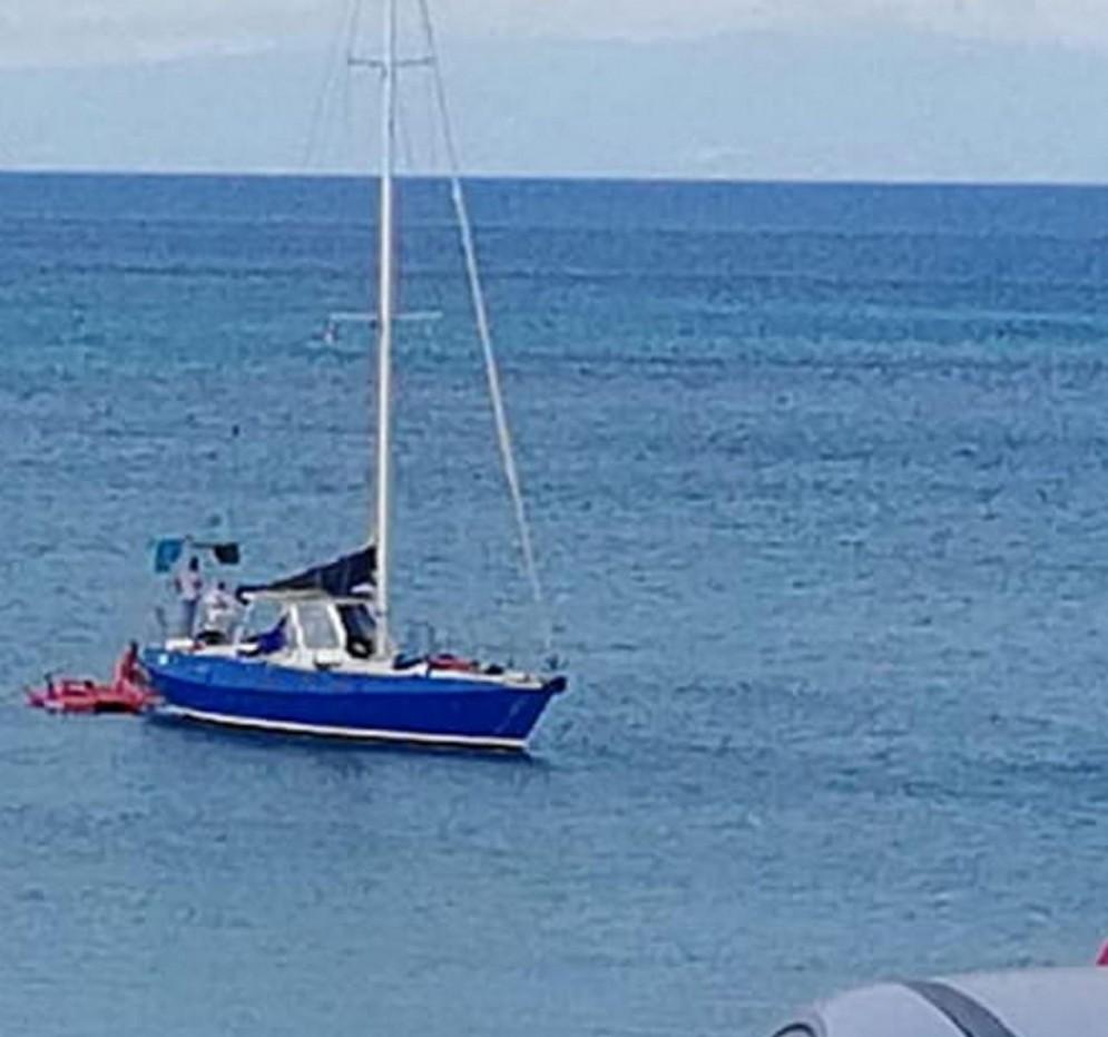 L'imbarcazione con la quale sono arrivati i migranti