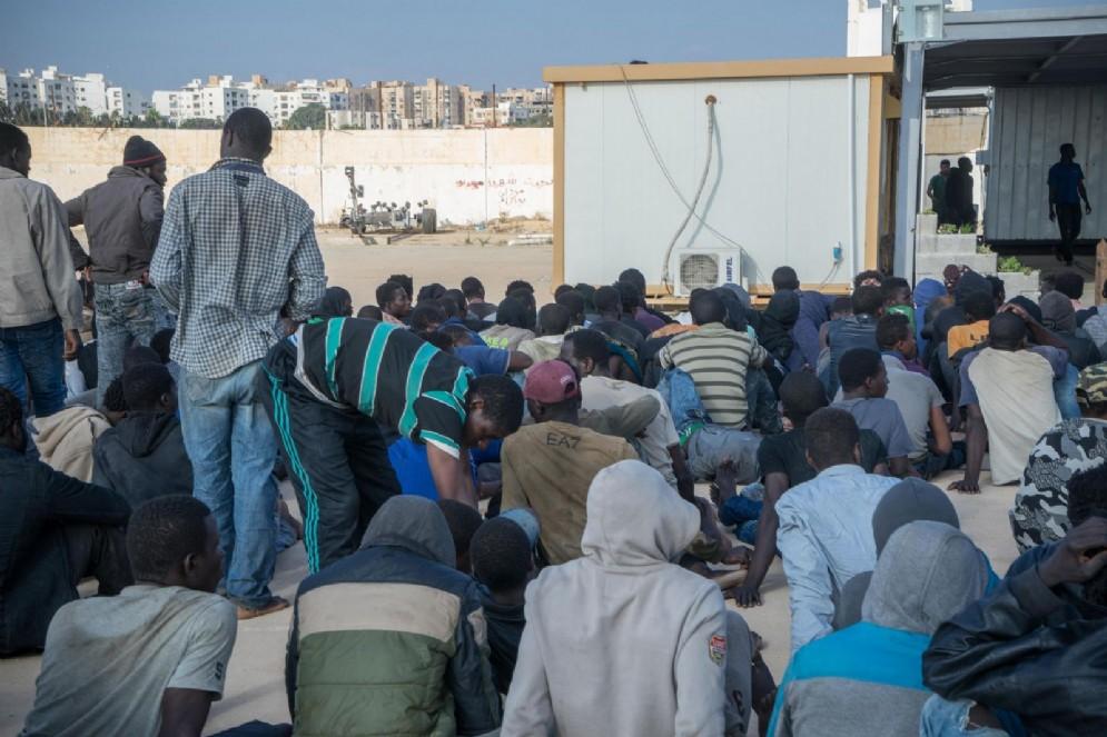 Migranti africani nel centro di accoglienza libico di Trig al Seka