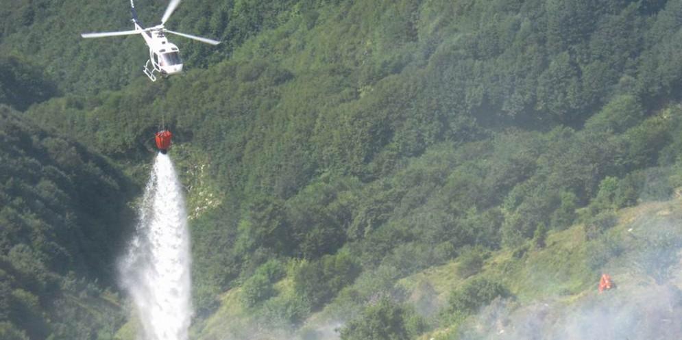 Fuoco sui versanti del monte Piciat: interviene l'elicottero