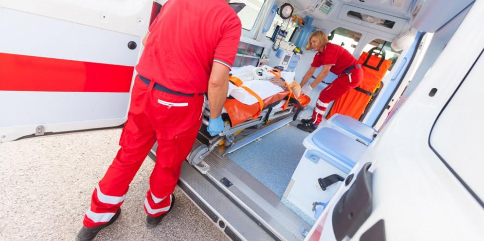 Operaio viene colpito da una lastra vetro: ricoverato in ospedale