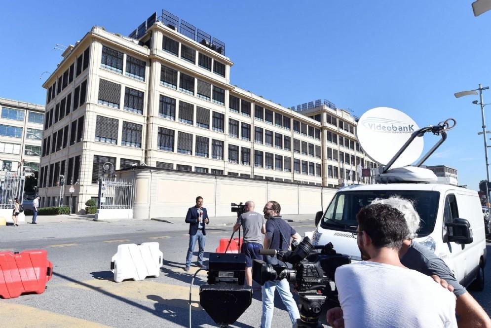 Giornalisti e fotografi all'esterno della palazzina Fiat dove è prevista la riunione dei manager Fca con il nuovo amministratore delegato Mike Manley
