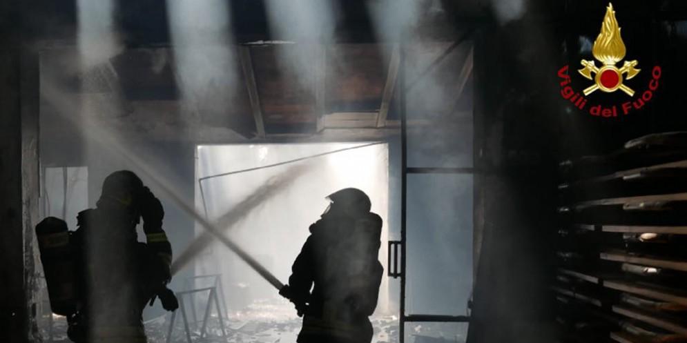Pasiano di Pordenone, mobilificio in fiamme