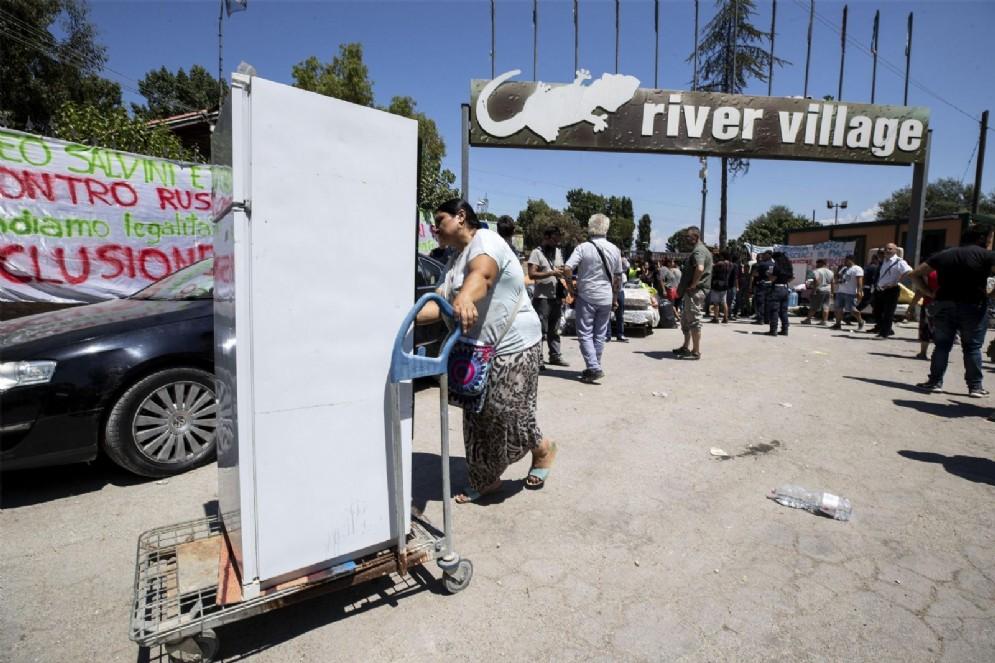 Lo sgombero del campo rom Camping River di Roma