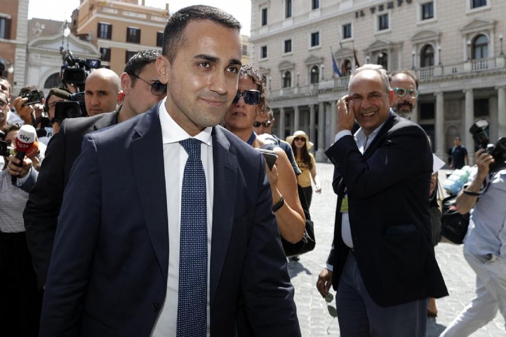 Luigi Di Maio, vice presidente del Consiglio e ministro del Lavoro e dello Sviluppo Economico, mentre esce da Palazzo Chigi