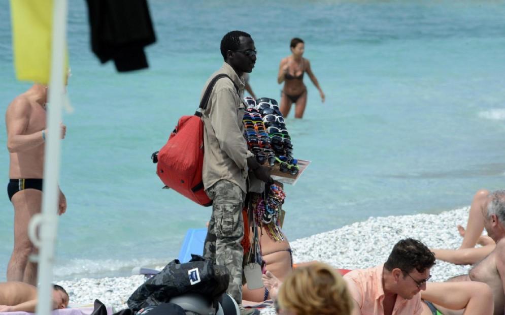 Un venditore ambulante in spiaggia a Marina di Pisa