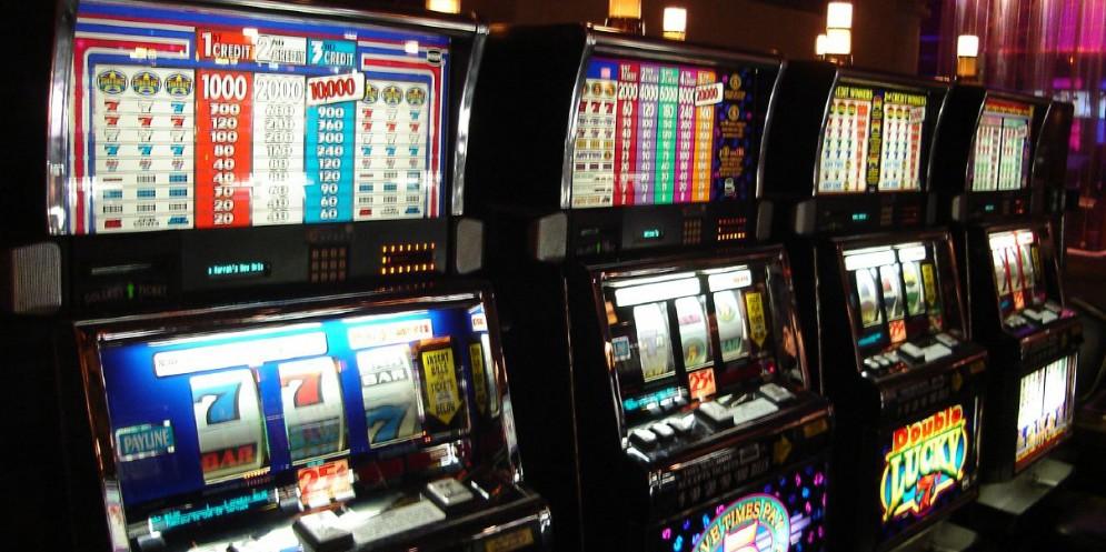 Scassina due slot machine e mette le mani su 1.800 euro