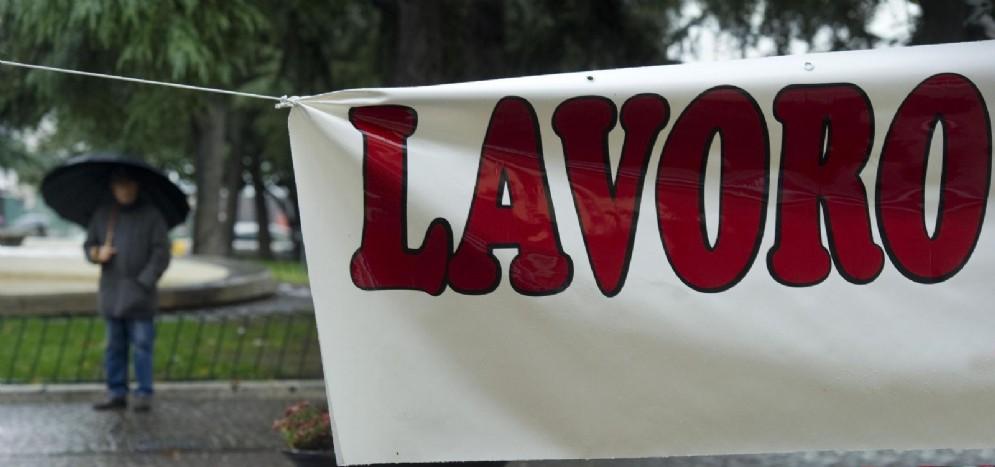 Striscione esposto dai disoccupati. Foto di repertorio