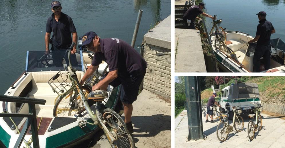 Bici condivise gettate nel Po, la Municipale le recupera in barca: «Un servizio maltrattato»
