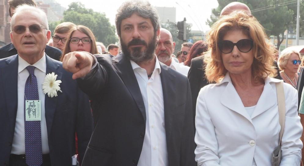 Paolo Bolognesi (s), presidente dell'associazione vittime del 2 agosto, Roberto Fico e la prefetta di Bologna Patrizia Impresa. Bologna 2 agosto 2018